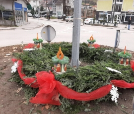 ADVENT U TRAVNIKU: Postavljen adventski vijenac na kružnom toku